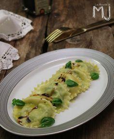 ¡Hoy volvemos a hacer pasta! Unos raviolis rellenos de espinacas y queso ricotta. Hacer pasta fresca casera es más fácil de lo que parec...