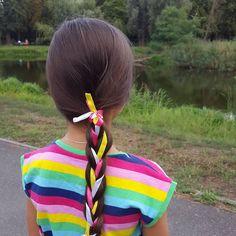 Простая коса с тремя разноцветными лентами Simple braid with three ribbons