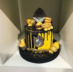 Discovered by EDLI. Find images and videos about cake, harry potter and hufflepuff on We Heart It - the app to get lost in what you love. Harry Potter Desserts, Harry Potter Treats, Bolo Harry Potter, Gateau Harry Potter, Harry Potter Birthday Cake, Harry Potter Food, Harry Potter Wedding, Harry Potter Tumblr, Harry Potter Theme