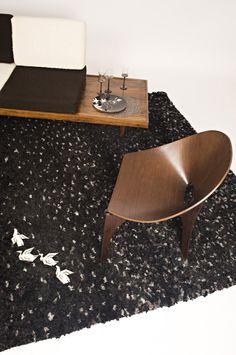 Grand tapis Touffou Noir. 225 €-en stock ces tapis au point noué à la main, s'inscrivent dans un univers de création résolument contemporain.  Ces tapis sont faits à la fois de tissus de récupération et de tissus neufs.