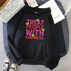 HARRY STYLES ТЕМЕН КАПАЧЕ (24 VARIAN) Harry Styles Sweatshirt, Harry Styles Merch, Harry Potter Shirts, One Direction, Ariana Grande, Sweatshirts Online, Hoodies, Kpop Fashion Outfits, Family Shirts