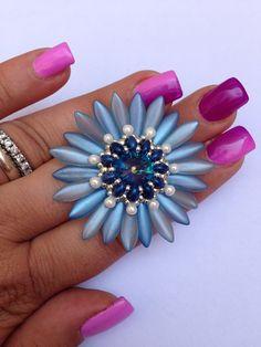 Jessica Massari Design  schema disponibile!  https://www.etsy.com/it/listing/236316270/friendly-flower-pendant-tutorial-daghe?ref=shop_home_active_1