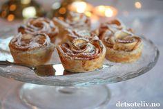 Hei dere! Det er fortsatt populært å bake med epler, og her får dere noen deilige porsjonskaker med eple, aprikos, kanel og sprø butterdeig! Epleroser er små eplekaker med butterdeig som ser ut som lekre, delikate roser. Eplerosene kan se avanserte ut, men er faktisk enkle å lage, og imponerer både store og små! Oppskriften gir 12 stk.
