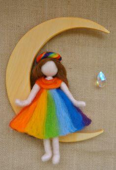 Artículos similares a Móvil de niños Waldorf inspirado aguja de fieltro: hada del arco iris en la luna con cristal (hecho por encargo) en Etsy