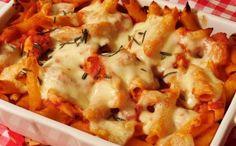 Penne s kuřecím masem Budeme potřebovat: 150 g penne těstoviny, 1 ks cibule, 300 g kuřecí prsa, 1 lžíce olivový olej, 1 lžíce rajčatový protlak, 400 g konzervovaná rajčata, 80 g kozí sýr, 125 g mozzarela sůl, pepř, chilli koření, rozmarýn. Postup: Penne těstoviny si uvaříme v osolené vodě. Cibuli si nakrájíme na drobno, masíčko na nudle. Na rozehřáté pánvi si rozpálíme olivový olej, osmahneme cibulku a přidáme maso. Když máme maso osmažené, přidáme protlak a následně konzervovaná rajčata…