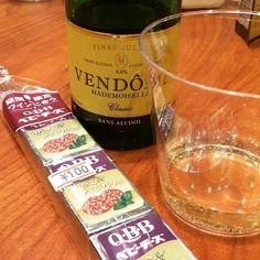チーズフェスタに呼ばれたので遊びに来ました スパークリングワイン(ノンアルコール まだ断酒中)とワインに合うQBBベビーチーズ驚きの100円です(イベント価格) 最高のマリアージュ なんて幸せなイベント会場なのでしょう 明日もやってるみたいですよ  #日本唐揚協会 #会長 #の #唐揚げ #じゃない #ヤツ  #その昔 #qbb #の #cm #に #出て #以来 #ずっと QBB #ファン #です