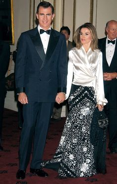 At the State Banquet hosted by King Felipe, Queen Letizia chose a black Manila Shawl skirt paired with black satin top and royal jewels Elegant Outfit, Classy Dress, Elegant Dresses, Haute Couture Dresses, Haute Couture Fashion, Kids Bridesmaid Dress, Mother Of Groom Dresses, Queen Letizia, Royal Fashion