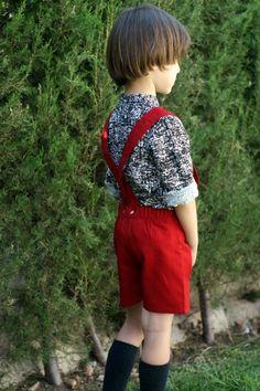 Bermuda niño en algodón-viscosa roja, elástico trasero y tirantes.