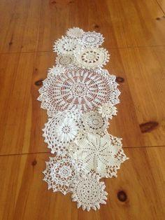caminho de mesa de croche com circulospara aparador