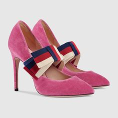 Get the must-have pumps of this season! These Gucci Pink Sylvie Velvet Removable Bow Pumps Size EU (Approx. US Regular (M, B) are a top 10 member favorite on Tradesy. Black Suede Pumps, Patent Leather Pumps, Leather Heels, High Heel Pumps, Women's Pumps, Pointed Heels, Stilettos, Leather Fashion, Fashion Clothes