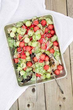 Dekorativer und leckerer Melonensalat. 3-4 Esslöffel Balsamico-Essig, Melonenkugeln, 1/2 Gurke, 1/2 kleine rote Zwiebel, Meersalz, Basilikum + Minze