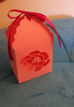 Linda e delicada caixinha de papel com detalhe em flor vazada!!! <br>Você e seus convidados nunca viram nada igual. Simplesmente divina!!! <br>Feita com papel gramatura 180. <br>Ideal para lembrancinhas em geral.