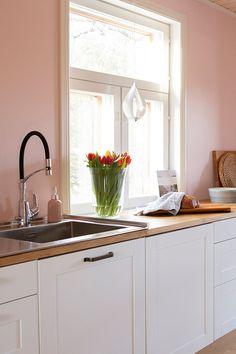 Maalaiskeittiö - vaaleanpunaiset seinät ja valkoiset kaapit Keittiömaailma - #stala #damixa #keittiömaailma #maalaiskeittiö #valkoinenkeittiö #kök #lantligtkök #vittkök #nyttkök #whitekitchen #newkitchen Nordic Kitchen, Country Kitchen, Kitchen Cabinets, Stainless Steel, Home Decor, Style, Swag, Decoration Home, Room Decor
