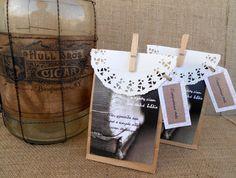 Ξεχωριστή μπομπονιέρα γάμου με ασπρόμαυρη φωτογραφία παλιού βιβλίου σε κράφτ σακούλα, χάρτινη δαντέλα και μανταλάκι σε φυσική απόχρωση