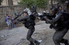 politi i Jerusalems gader. Blandt forfattere breder mismodet og fortvivlelsen sig over situationen i Israel. - Foto: Oded Balilty/AP