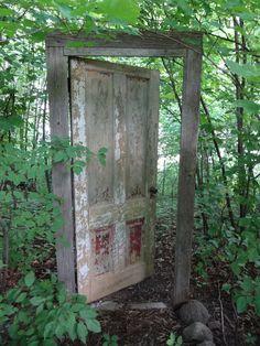 alte Haustür aus Holz in der freien Natur                                                                                                                                                     Mehr