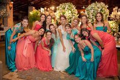 Para quem quer madrinha com vestidos de cores iguais, eis a inspiração!