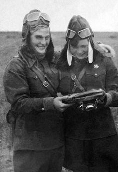 Летчицы 588-го полка легких ночных бомбардировщиков В.И. Тихомирова и М.В. Смирнова на аэродроме за чтением карты