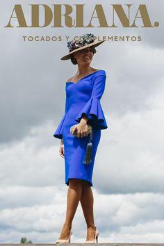 Pamela en rafia con detalles florales en gama de azules.