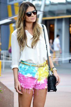 Dica de look para usar tie dye short. Muito lindo e inspirador.