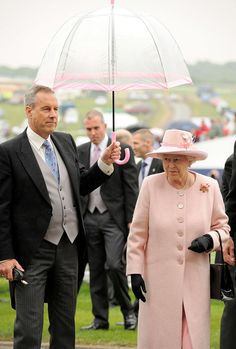 Someone Noticed The Coolest Thing About The Way The Queen Matches Her Outfits, And We Can't Unsee It Epsom Derby, Queen Elizabeth Ii, Bored Panda, Front Row, Cowboy Hats, Street Style, Cool Stuff, Outfits, Street Fashion