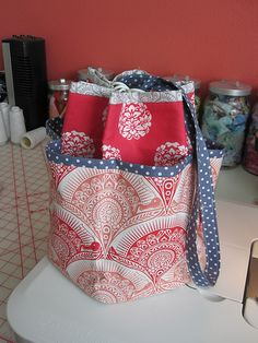 "Remember this little tote bag? It's the result of falling in love with ""The Beekeepers Quilt"" project by Tiny Owl Knits, but I'm willing to bet you can think of other uses (bathroom, nursery, picni..."