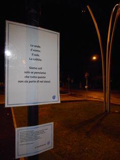 E pure a Senigallia comparve una fermata poetica. Esattamente nel piazzale della stazione fs. Viaggi fisico-poetici vi aspettano.