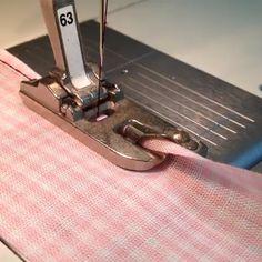 Comece a Costurar e Tenha sua Própria Renda! Sewing Machine Basics, Sewing Machine Presser Foot, Sewing Basics, Sewing For Beginners, Sewing Hacks, Sewing Tutorials, Sewing Projects, Sewing Ruffles, Dress Sewing Patterns