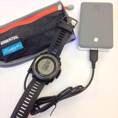 Opladning af Garmin fënix 3 med Xtorm Trip 9000 power pack. Med en del af de nyere modeller kan man lade uret mens timeren kører.