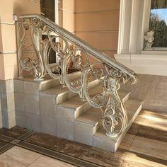 Фотография Luxury Staircase, Carpet Staircase, Staircase Railings, Stairways, Railing Design, Gate Design, Staircase Design, Interior Stairs, Interior Exterior