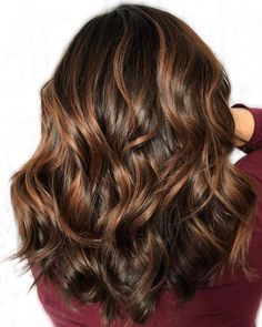 60 Looks with Caramel Highlights on Brown and Dark Brown Hair - Hair - Chocolate Chocolate Hair With Caramel Highlights, Medium Brown Hair With Highlights, Caramel Brown Hair Color, Hair Color Highlights, Brown Hair Colors, Chunky Highlights, Auburn Highlights, Chestnut Highlights, Rose Gold Highlights