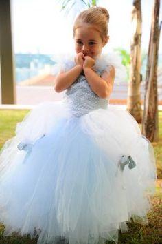 """Numa noite de verão, antes do badalar da meia-noite, Melissa se transformou em uma Cinderela. E eu, como toda boba mãe coruja bati muitas palminhas, beijei, abracei, enlouqueci com a minha princesa vestida para o baile! Venha corujar comigo você também: Ohhhhhh! A """"Princess"""" Mel usou 2 vestidos, só para não quebrar o protocolo de …"""