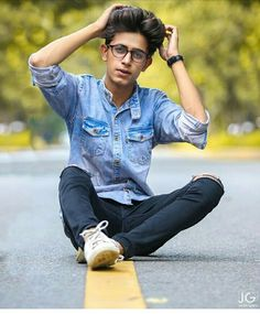 Stylish Mens Outfits, Stylish Boys, Stylish Girl Images, Best Poses For Photography, Fashion Photography Poses, Cute Boy Photo, Photo Poses For Boy, Photoshoot Pose Boy, Sitting Poses