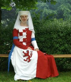Cotehardie armoriée (cotehardie with house crest). Note also the blue at her elbows.