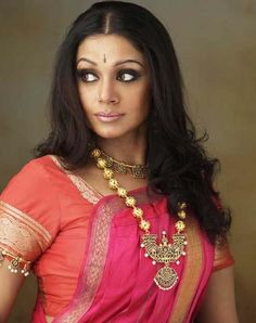 actress shobana in traditional temple jewelery long necklace Indian Hair Cuts, India Sari, Indian Classical Dance, Costumes Around The World, Temple Jewellery, Gold Jewellery, Soft Silk Sarees, Indian Film Actress, Dance Photography