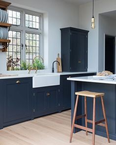 Kitchen Flooring Ideas - Kitchen of the Week. This is our Engineered Oak Clear Lacquered, sitting beautifully against the dark blue Devol kitchen cabinets. Wooden Kitchen Floor, Wood Kitchen Cabinets, Kitchen Flooring, Dark Blue Kitchen Cabinets, Timber Kitchen, Concrete Kitchen, Kitchen Countertops, Rustic Country Kitchens, Country Kitchen Designs