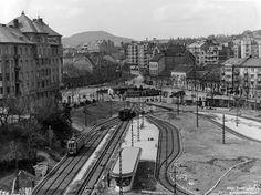 Az épülő Széll Kálmán tér, háttérben a még üzemelő Retek utcai hurokvágány, aminek a helyén 1942-ben autóbusz-tároló létesült. A felvétel 1941 februárjában készült. Old Pictures, Old Photos, Vintage Photos, Budapest Hungary, Historical Photos, Paris Skyline, Arch, The Past, Landscapes
