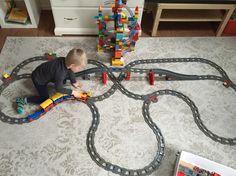 Schienennetz der Duplo Eisenbahn - Schienennetz der Duplo Eisenbahn Estás en el lugar correcto para home organization Aquí presentamo - Lego Wall-e, Lego Duplo Train, Lego Trains, Lego Minecraft, Legos, Lego Mecha, Banner Drawing, Lego Videos, Lego Christmas
