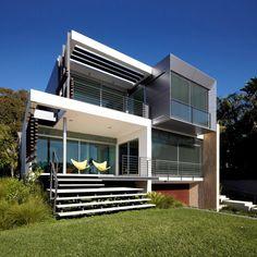 Edward Szewczyk Architects designed the Wentworth Rd house in Sydney, Australia.