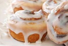 delicious freshly baked cinnamon rolls on decorative plate. macro of 'mini' rolls with extremely shallow dof. Cinnamon Bun Recipe, Cinnamon Recipes, Cinnamon Rolls, Biscuits Graham, Biscuits And Gravy, Breakfast Dishes, Best Breakfast, Cinnabon, Family Kitchen