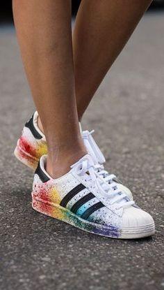 Pride Pack: Adidas LGBT Superstar mit Regenbogen bei http://www.madame.de/street-style-mit-adidas-superstar-943690.html