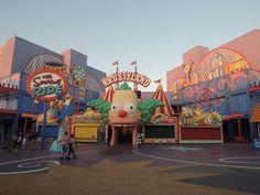 🌴#Simpsons à Universal Studios d'Hollywood ! Sur Goodie Mood, le blog Feel Good d'une française expatriée à Los Angeles. #universalstudios #hollywood #californie #expat #LosAngeles #Attraction #Parc #HarryPotter #TheSimpsons Universal Studios, Simpsons, Harry Potter, Hollywood, Parking Design, Mood, Attraction, Disney, Fun