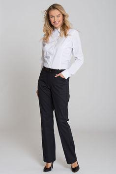 Ce pantalon pratique au look sportif classique se combine parfaitement à beaucoup de hauts de vêtements professionnels, comme vestes de service, polos ou blouses élégantes. Le modèle a une coupe droite, des passants de ceinture et des poches inclinées, et existe en de nombreuses tailles. Grâce aux élastiques de la taille, le pantalon est extensible. Il se ferme à l'aide d'un bouton et d'une fermeture éclair. La fibre confort COMO DELUXE douce pour la peau lui confère une qualité souple et…