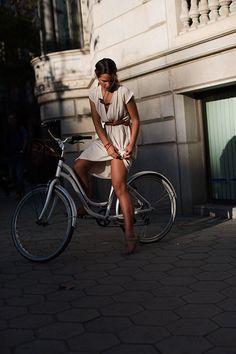 Fille à vélo - Robe blanche - The Sartorialist: