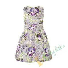 Schönes ärmelloses Sommerkleid in einem zarten Blumenmuster. An der Taille befindet sich ein Gürtel, der sich auf der Rückseite in einer Schleife bindet. Das Kleid schließt mit einem verdecktem Reißverschluss auf der Rückseite. Es ist aus hochwertiger Baumwoll-mix Gewebe gefertigt und ist ein pefektes Kleidungsstück für festliche Anlässe. Summer Dresses, Fashion, Quotes For Girls, Floral Patterns, Products, Gowns, Nice Asses, Moda, Summer Sundresses
