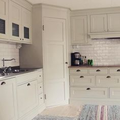 Förra veckan fick vi fotograferat detta fina pärlg 1212379379374592005 Corner Pantry Cabinet, Corner Kitchen Pantry, Kitchen Pantry Design, Kitchen Organisation, Home Decor Kitchen, Kitchen Redo, Home Kitchens, Kitchen Remodel, Organization