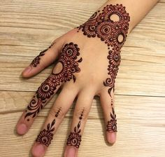 Mehndi henna designs are searchable by Pakistani women and girls. Women, girls and also kids apply henna on their hands, feet and also on neck to look more gorgeous and traditional Finger Henna Designs, Simple Arabic Mehndi Designs, Mehndi Designs 2018, Modern Mehndi Designs, Mehndi Designs For Girls, Mehndi Design Pictures, Mehndi Designs For Fingers, Beautiful Henna Designs, Mehndi Designs For Hands