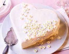 Blüten-Herztorte Wunderschöne Torte in Herzform mit Fondant-Überzug und kleinen Blüten