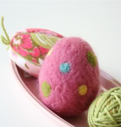 Needle Felted Easter Eggs are a fun Easter Craft project that will improve your needle felting skills. A great needle felting project idea for beginners. Easter Egg Crafts, Easter Eggs, Wooly Bully, Needle Felting Tutorials, Diy Ostern, Egg Shape, Wet Felting, Felt Ornaments, Spring Crafts