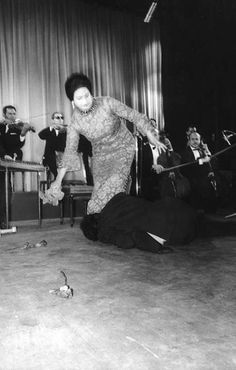"one of the audience in Paris interrupted ""Al Atlal"" song and jumped on the stage to kiss Oum Kulthoum's feet"